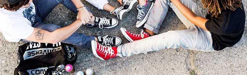 phong cách thể thao với giày converse