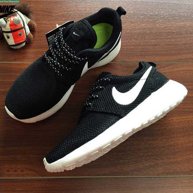 Giày nike roshe run màu đen đế trắng 007