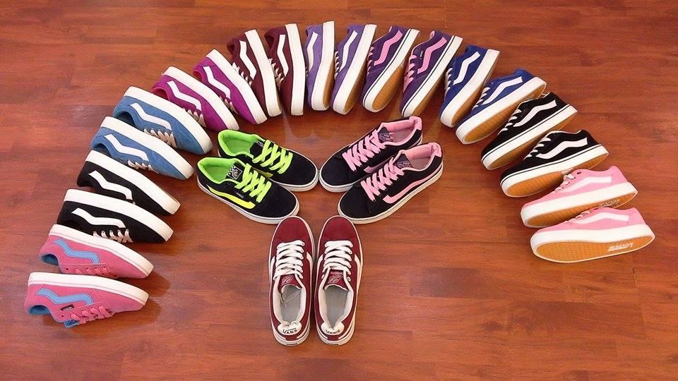 Làm khô giày vansnữtrước khi sử dụng tránh mùi hôi chân