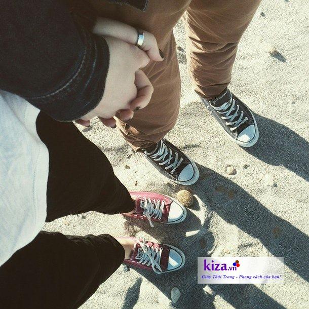 Giày converse đi dạo trên các bờ cát khi đi biển cũng rất thích hợp
