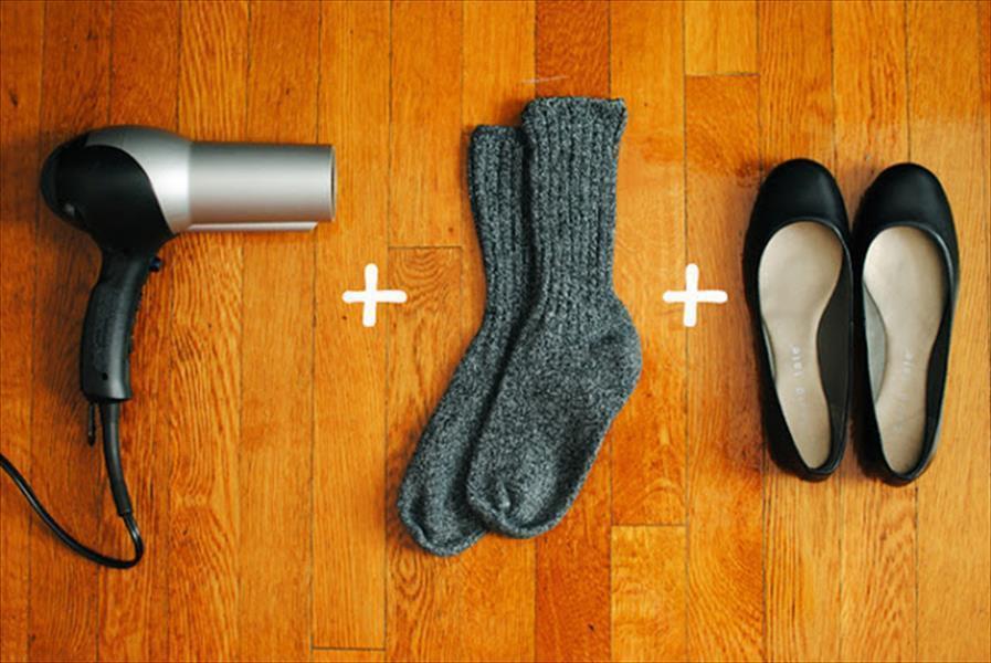 Sử dụng máy sấy để xử lý giày bị chật