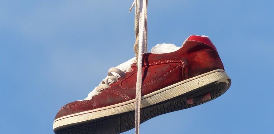 Phơi giày dưới ánh nắng giúp bay mùi khó chịu