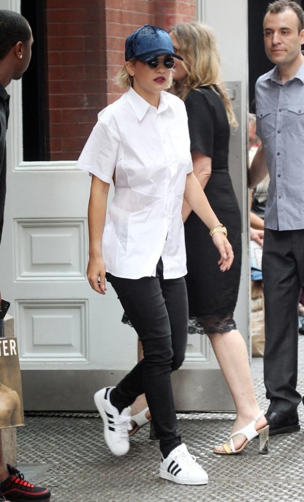 Sơ mi + quần jean + Adidas Superstar là đã ổn