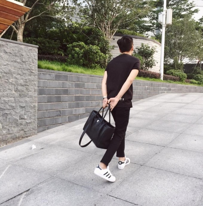 Áo phông + quần jean + giày Adidas