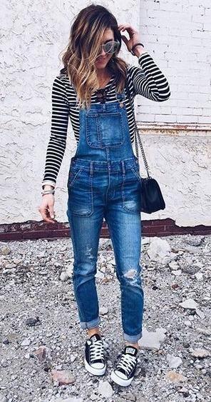 Yếm Jeans cùng converse đen cổ thấp