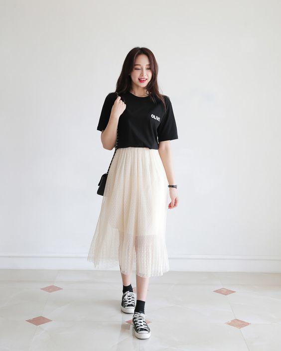 Nàng thơ diện chân váy cùng converse đen thấp