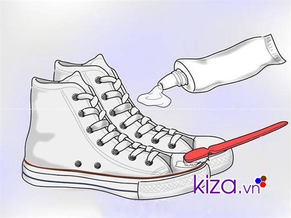Dùng kem đánh răng để đánh bay những vết ố vàng trên giày vải trắng