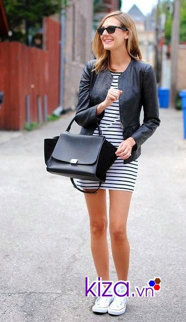 Váy body cùng giày Converse cổ cao tạo ra vẻ ngoài mới lạ
