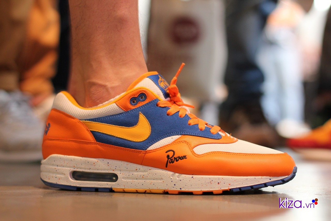 Màu sắc tươi sáng và những chi tiết đặc biệt trên thân giày khiến Parra x Nike Air Max 1 'Albert Heijn' (2005) được săn lùng ráo riết