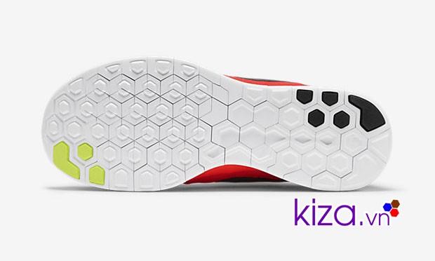 Đế giày Nike chạy bộ chỉ có cao su ở phần mũi giày và gót giày