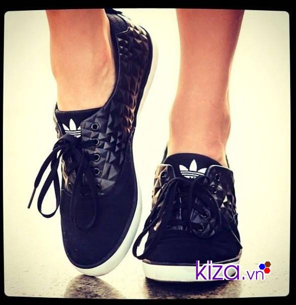 Giày thể thao màu đen giúp bạn tỏa sáng theo một cách rất riêng