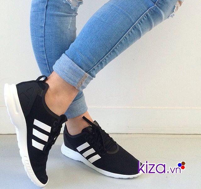 Một đôi giày thể thao màu đen giúp bạn sang chảnh hơn