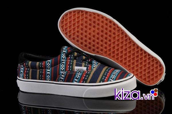 Thử giày ở cả hai chân khi đi mua giày
