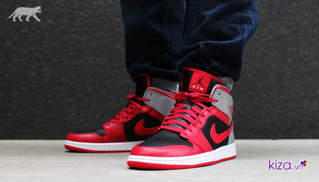 Giày Nike Air Jordan 1 mang màu đỏ đen chủ đạo