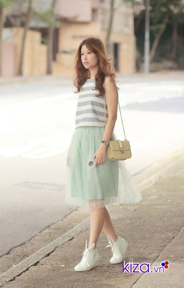 Váy pastel kết hợp với giày vans trắng