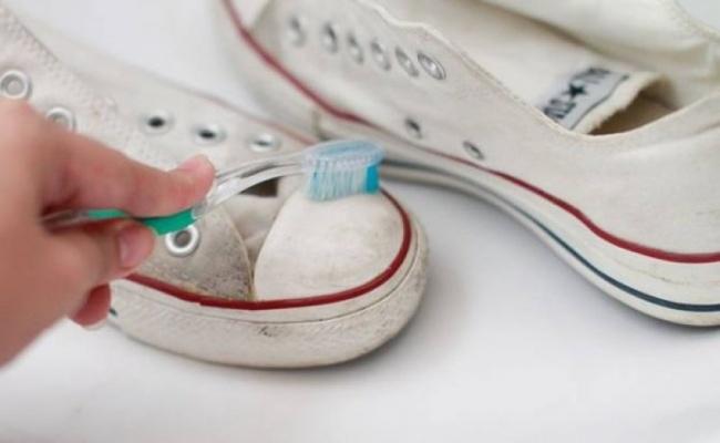 Dùng Kem đánh răng để vệ sinh giày