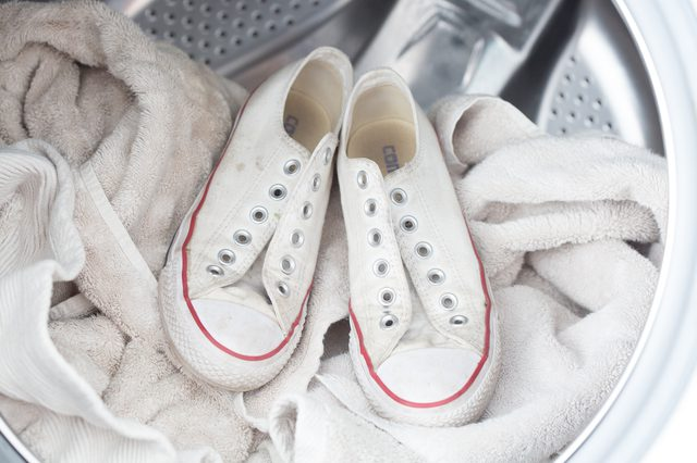 Cách đánh bóng mũi giày converse bằng máy giặt