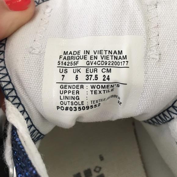 Kiểm tra nhãn mác của đôi giày converse tại phần lưỡi gà