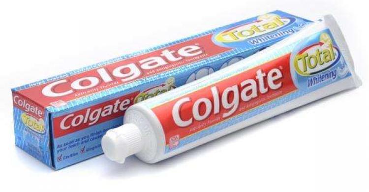 Dùng kem đánh răng để tẩy trắng giày bị ố vàng