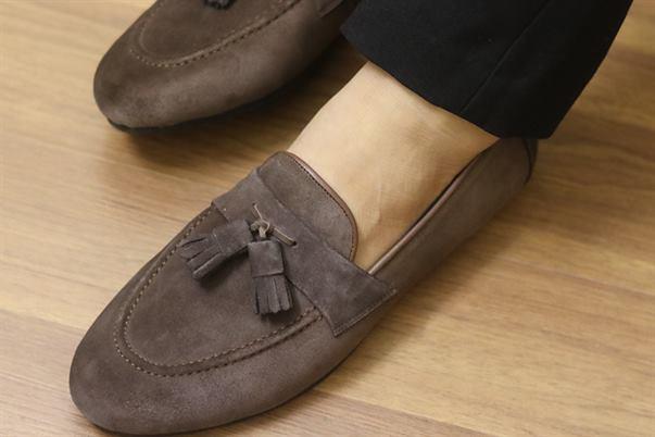 Giày da lộn có đánh xi được không ?