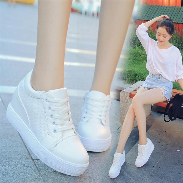 Giày thể thao màu trắng từ lâu đã là sự lựa chọn của nhiều bạn trẻ