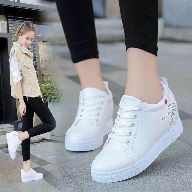 Những cô nàng trở lên cá tính hơn khi kết hợp với giày thể thao màu trắng