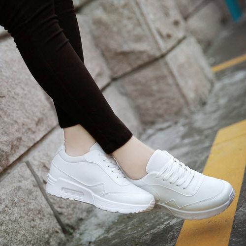 Một đôi giày thể thao kiểu dáng tương tự nike air max