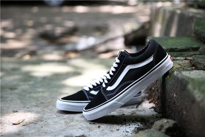 cách phân biệt vans thật giả qua form giày