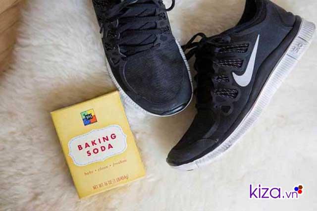 Mẹo trị hôi chân khi đi giày dùng baking soda