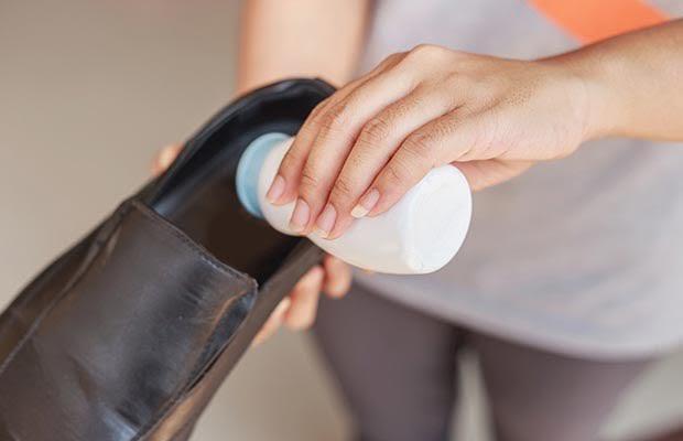 Dùng phấn rôm khử mùi hôi giày