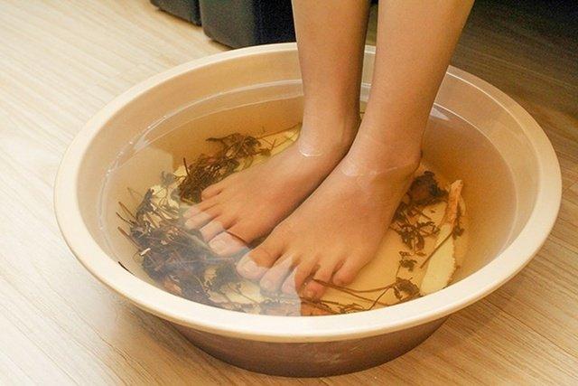 Ngâm chân bằng nước chè xanh đánh gbay mùi hôi chân