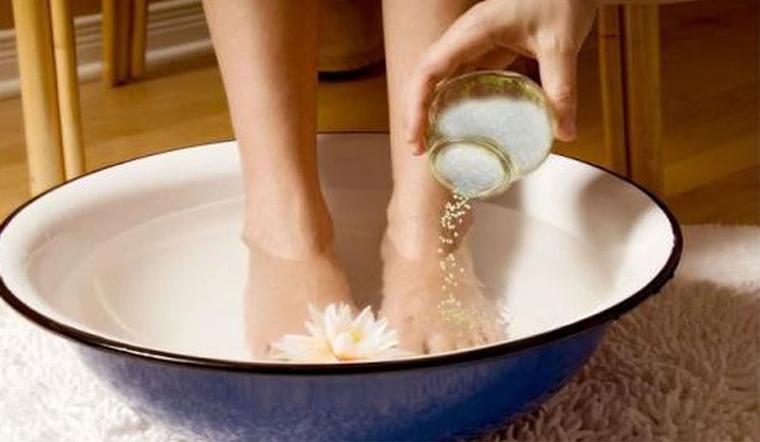 Ngâm chân bằng tinh dầu giúp  kiểm soát tốt mùi hôi chân