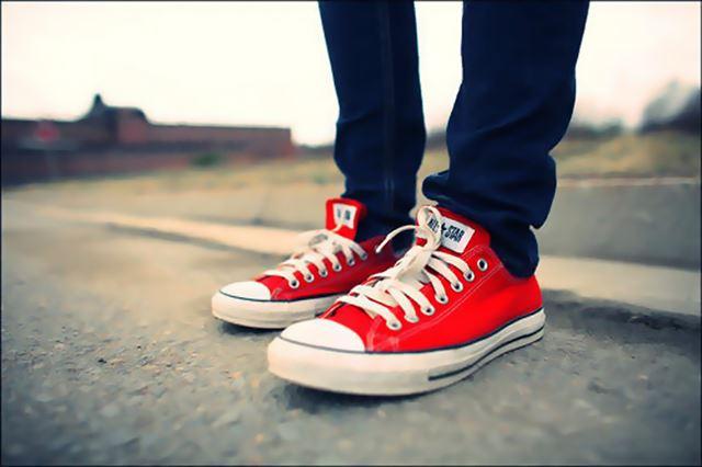 Lên chân đôi giày converse nam màu đỏ