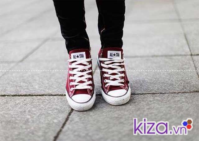 Phối đồ cùng giày converse thấp cổ màu đỏ mận