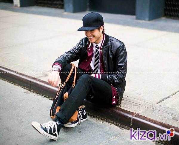 Áo khoác da kết hợp cùng giày converse cao cổ màu đen
