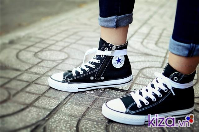 giày converse cổ cao màu đen, kết hợp với quần jean và áo phông