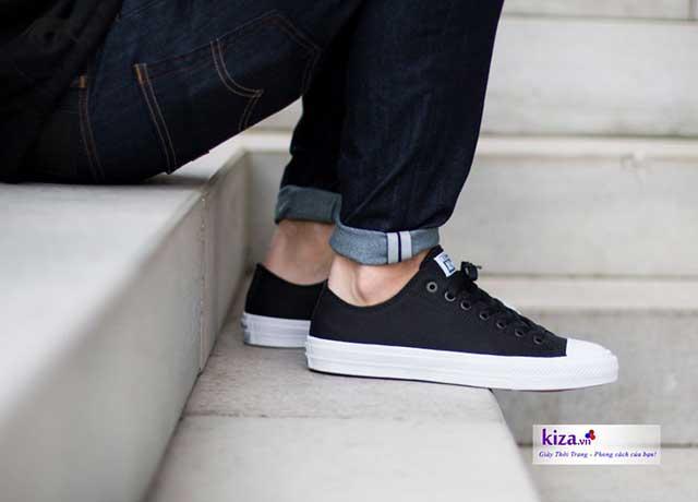 Quần jean kết hợp cùng giày converse chuck 2 màu đen