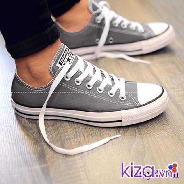Đôi giày converse màu xám được các bạn trẻ yêu thích
