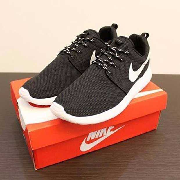 Giày nike roshe run màu đen đế trắng 006